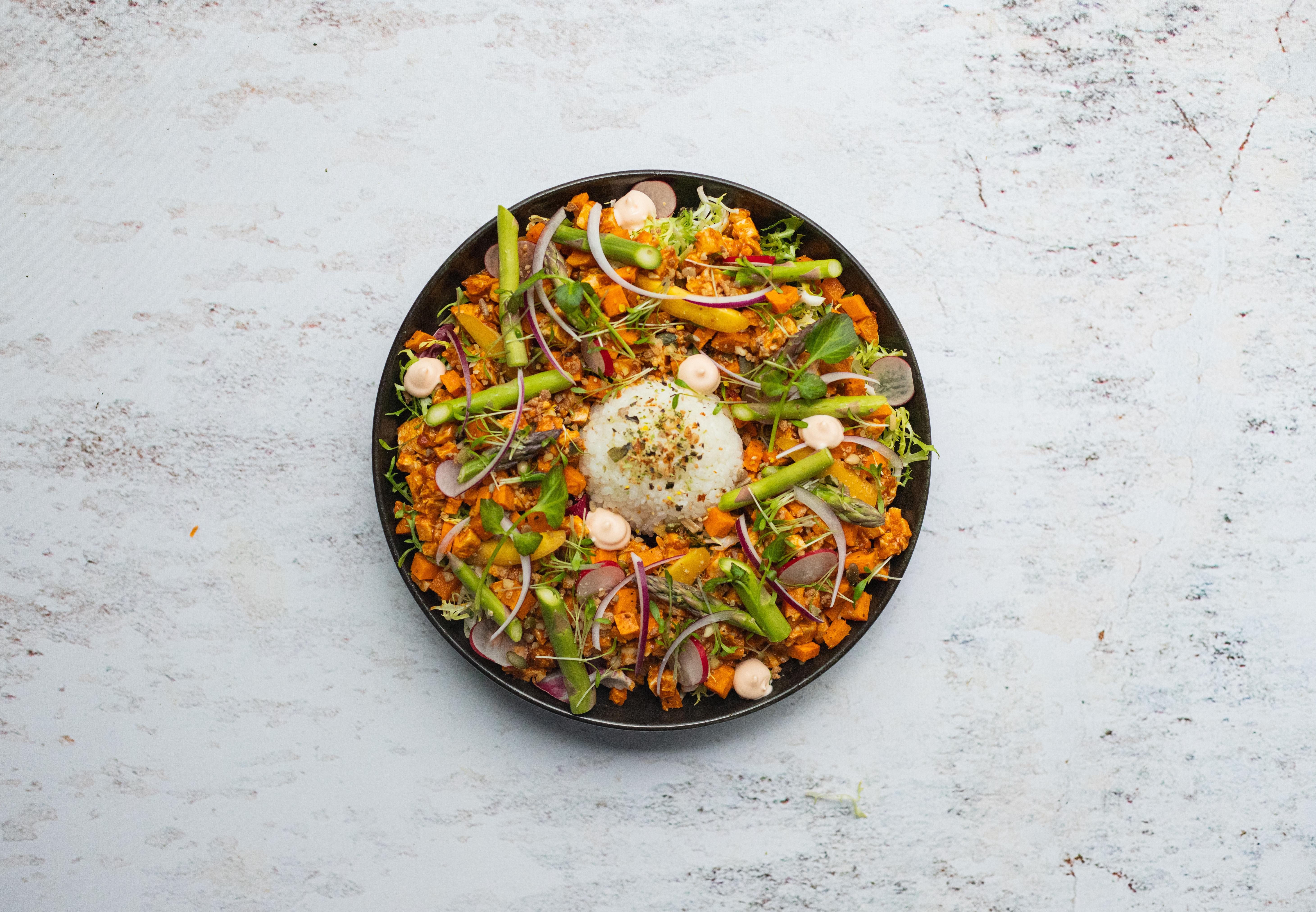 Salade poké bowl met kip